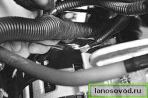 Выкрутить гайку крепления провода на АКБ