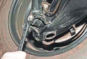 Открутить болт нижнего крепления амортизатора ланос