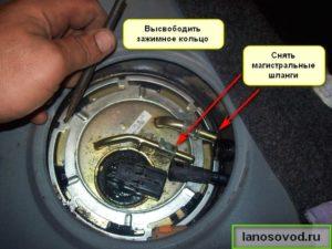 Снять топливные шланги бензонасоса Ланос
