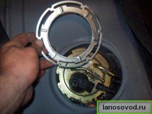 Снять замочное кольцо бензонасоса Ланос