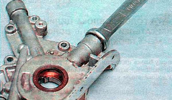 Выкрутить болт редукционного клапана Ланос