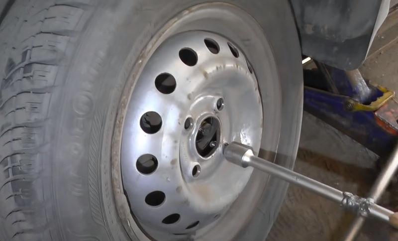 Снятие колеса