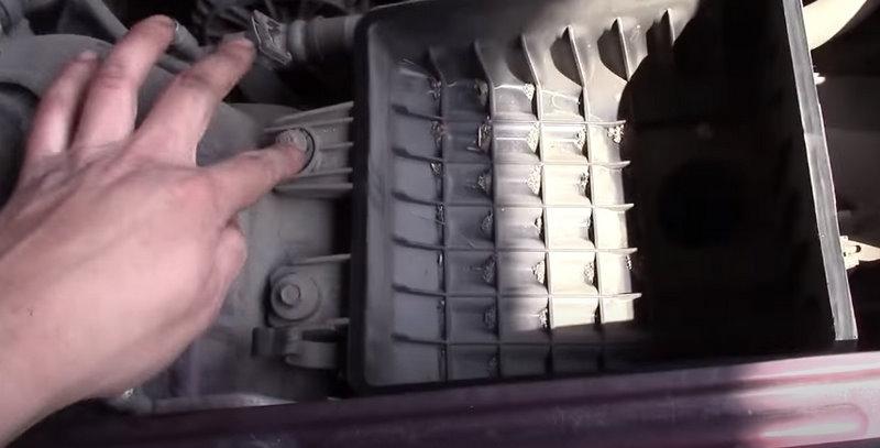 Демонтируем корпус воздушного фильтра Ланос
