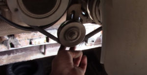 Ослабляем ролик натяжителя кондиционера Ланос