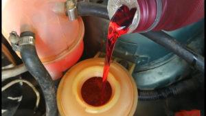 Заливаем масло в ГУР Ланос