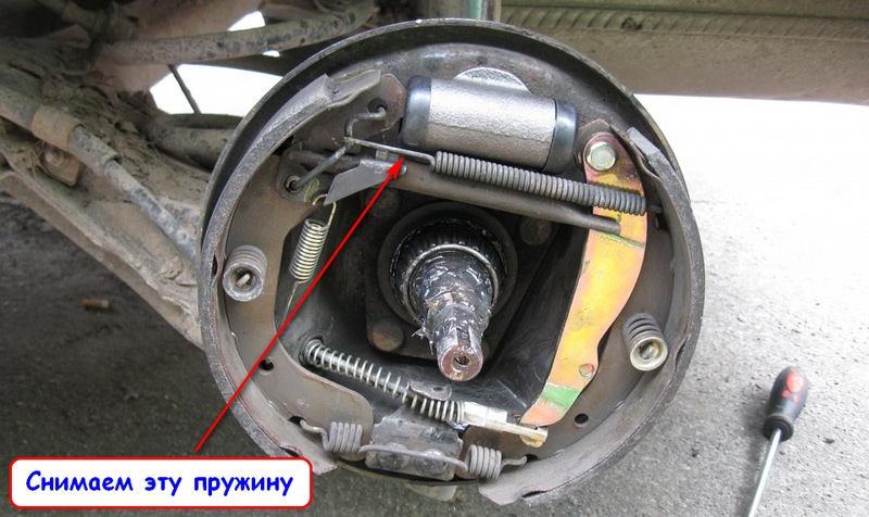 Демонтаж верхней пружины для снятия задних колодок Ланос