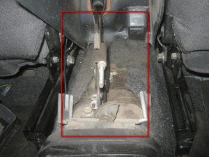 Как выглядит механизм натяжения троса стояночного тормоза Ланос