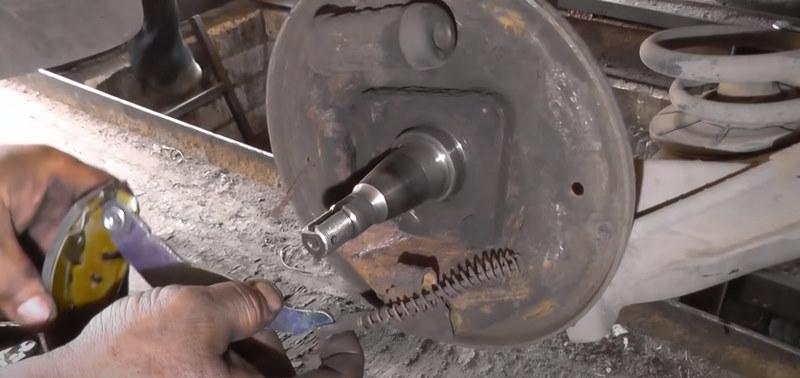Отсоединить колодку от троса стояночного тормоза