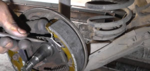 Подтянуть механизм распорной пластины вручную Ланос