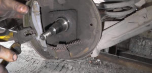 Снять шайбу штифта Ланос для демонтажа колодки